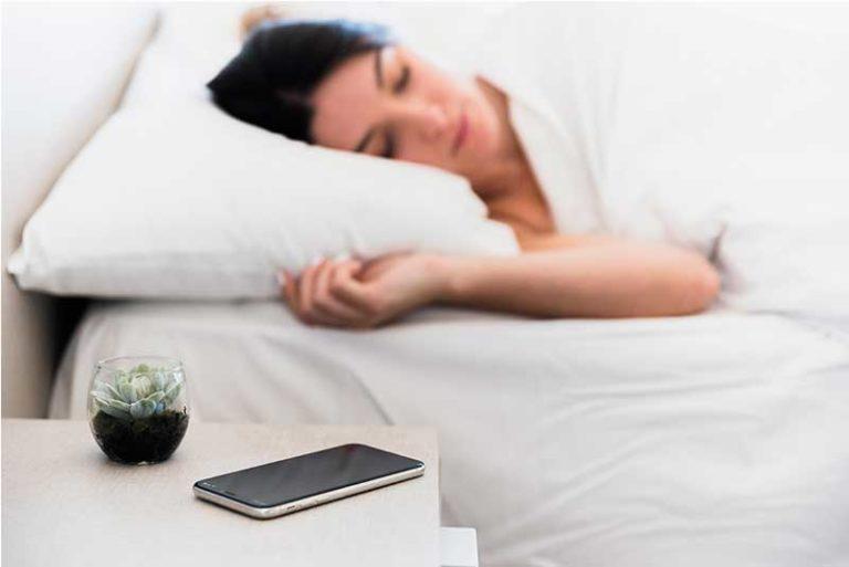 Mito o realidad: ¿Dormir cerca del celular no deja descansar?